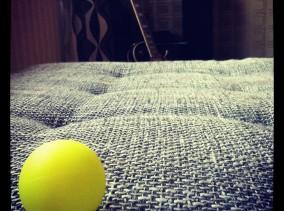 Strandtennisbollen hånflinar åt mej. Idag positionerad på divanen. Dvs, ni får ropa genom brevinkastet.